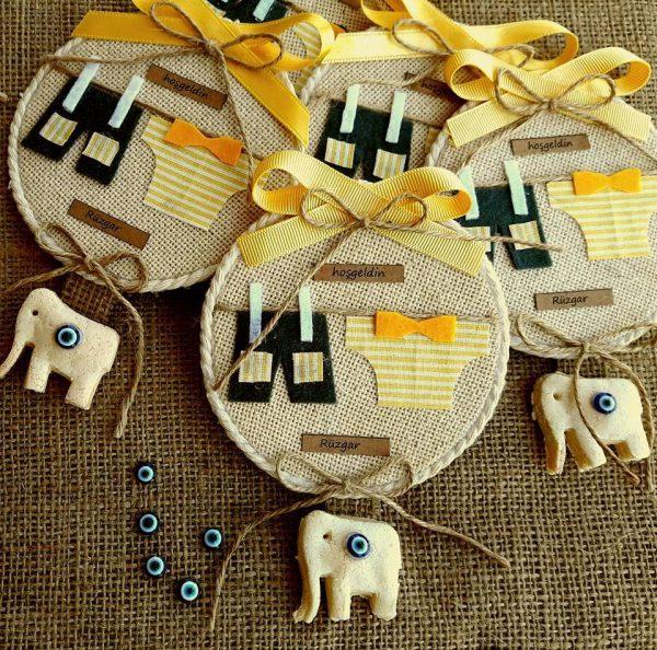 Giysili sarı bebek magneti
